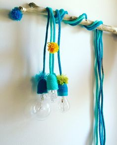 Luce con filo rivestito in tricotin azzurro e dettagli in turchese
