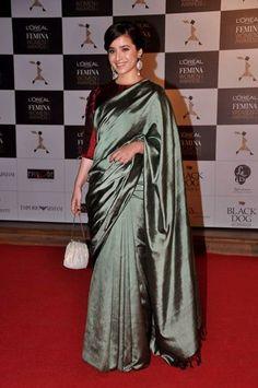 Another sari appearance of the night - it was by actress Simone Singh. Green satin saree looked simple with the tassels at the end. Victor Hugo, Banarsi Saree, Modern Saree, Satin Saree, Indian Wear, Indian Attire, Saree Look, Indian Designer Outfits, Saree Blouse Designs