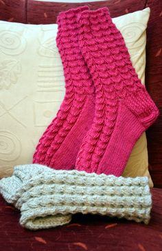 KARDEMUMMAN TALO: sukat Quick Knits, Knitting Socks, Fun Projects, Leg Warmers, Mittens, Knitting Patterns, Knit Crochet, Diy And Crafts, Slippers