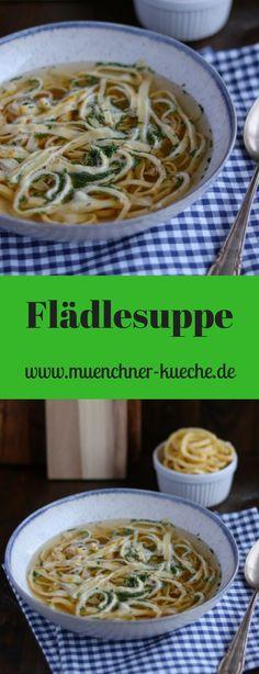 Egal ob Flädlesuppe, Pfannkuchensuppe oder Fritattensuppe. Die köstliche Brühe mit Einlage ist das perfekte Winteressen. | www.muenchner-kueche.de #flädle #pfannkuchen #fritatten #brühe #suppe