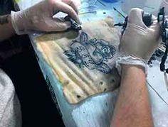 Trabajo tatuaje en piel de cerdo