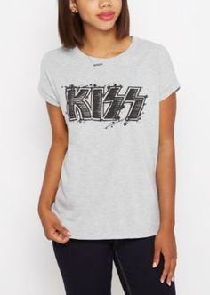 Rock out to your favorite old school band in this vintage tee. Made with heather gray jersey, it's outfitted with the Kiss logo in black screen print at the front.