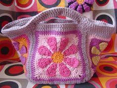 Bonita bolsa de ganchillo con una flor en el centro. La aplicación tiene las explicaciones con un pdf descargable en: http://www.ravelry.com/patterns/library/daisy-flower-crochet-charity-square Dentro del pdf hay un enlace con la contraseña para ver los videotutoriales