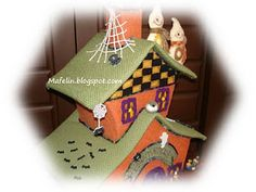This is a haunted house, made of cardboard and lined with felt and is ready for scare everyone on halloween. but of tenderness! Get Ready, Halloween, Felt, House, Villas, Fabric, Room, Houses, Tejido