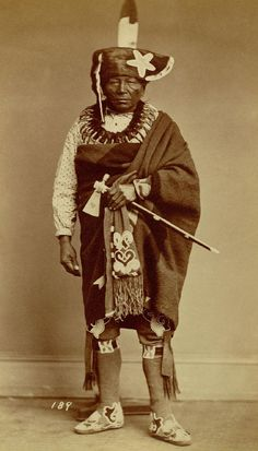 An old photograph of the Native American known as Chief Che-ko-skuk - Sauk Fox (possibly Native American Images, Native American Artwork, Native American Tribes, American Indian Art, Native American History, Native American Jewelry, Fox Man, African Royalty, Black History Facts