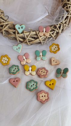 ceramica come mestiere: BOMBONIERE Sewing Projects, Projects To Try, Clay Birds, Raku Pottery, Button Art, Pottery Painting, Clay Art, Wedding Favors, Polymer Clay