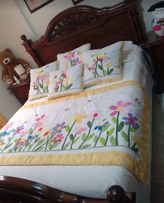 No pattern but this is a lovely appliqued quilt - DiyForYou Quilt Bedding, Bedding Sets, Floral Bedspread, Butterfly Quilt, Flower Quilts, Bed Runner, Diy Bed, Applique Quilts, Bed Covers