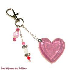Porte clés/bijou de sac coeur rose en résine pailletée, toupies Swarovski et perles de bohème en verre fait main : Porte clés par les-bijoux-du-belier