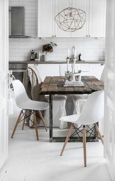 lusre en fer forgé doré, chaises en plastique blanc et table en bois brut idee…