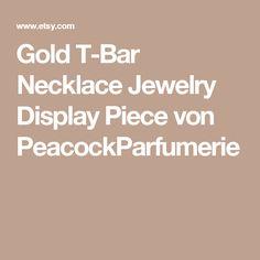 Gold T-Bar Necklace Jewelry Display Piece von PeacockParfumerie