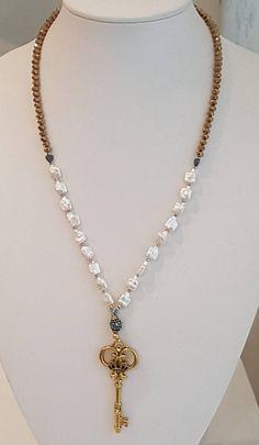 Collar Largo de Perlas Cultivadas y Cristales Dorados #pearlsnecklace #keychain #trendynecklace #jewelrydesigner