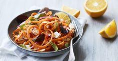 Spiralsalat med gulerod, appelsin & salattern. En frisk og sprød salat lige til at tage med til frokost eller servere som tilbehør til aftensmaden. Få opskriften på spiralsalat her.