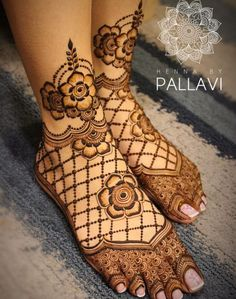 Henna is the most traditional part of weddings throughout India. Let us go through the best henna designs for your hands and feet! Dulhan Mehndi Designs, Mehandi Designs, Arabic Bridal Mehndi Designs, Peacock Mehndi Designs, Engagement Mehndi Designs, Modern Mehndi Designs, Mehndi Design Pictures, Mehndi Designs For Girls, Mehndi Designs For Hands