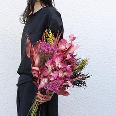 オシャレ花嫁さんがこぞって持つsouiのオーダーブーケが気になる in 2019 Wedding Cakes With Flowers, Wedding Bouquets, Glass Cylinder Vases, Beautiful Flowers, All Flowers, Pink Bouquet, Wedding Designs, Flower Art, Floral Arrangements