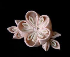 Pink and white silk kanzashi flower on hairclip - Floare roz pentru păr din satin și mătase - Atelierul Grădina cu fluturi