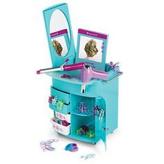 Your girl can give her doll a fresh look with this styling set. Includes a salon caddy with mirror, curling iron & hair dryer, plus lots more styling supplies! American Girl Outlet, Ropa American Girl, Ag Dolls, Girl Dolls, Barbie Dolls, American Girl Hairstyles, Spa Furniture, Spa Chair, Doll Hair