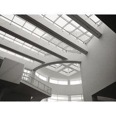 Making the Rounds: Getty Center main Entrance Lobby Ceiling.  Richard Meier Architect. #getty #gettycenter #losangeles #california #architecture #blackandwhite #blackwhite #makingtherounds #latergram #interior #richardmeier  #newiconofla  (at J. Paul Getty Museum)