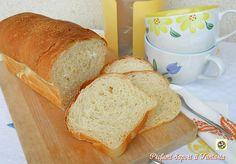 Il pan bauletto fatto in casa è decisamente più buono e genuino di quello posto in vendita da innumerevoli aziende di panificazione. Un pane semi dolce che