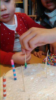 Fijne motoriek - strijkparels rijgen op tandenstokers