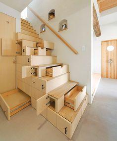 Tangga multifungsi dengan banyak lemari untuk rumah minimalis