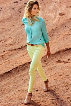 Markova women´s turquoise shirt and lemon jeans Casual Outfits, Cute Outfits, Fashion Outfits, Womens Fashion, Fashion 2015, Yellow Jeans, Coral Jeans, Color Blocking Outfits, Look 2015