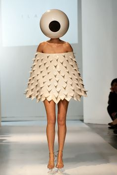 Avant Garde Fashion Models That'll Give You Nightmares - Giant Eyeball Fashion Fail, Funny Fashion, Weird Fashion, Fashion Models, Fashion Show, Fashion Outfits, Fashion Trends, High Fashion, Fashion Fashion