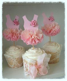 La blusa es rosa pálido con una cuatro capa ombre de papel crepé de la colmena. Una mora rosa pálido rosa adorna un hombro.  Celebrar fiesta recital o cumpleaños de la bailarina con estos toppers de cupcake de papel adorable. Colóquelas en cupcakes o una Tarta helada para una pieza central impresionante.  Compra el juego princesa corona o varita decorativa tal como se muestra en las ultimas fotos con toppers.
