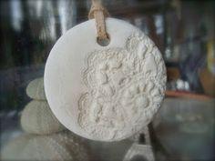 petites decos (recette bicarbonate de soude :1 mesure /maïzena :1/2 mesure / eau : 3/4 mesure . diluer le tout , chauffer jusqu'à epaississement . Former une boule , laisser refroidir. Utiliser comme une pâte à biscuit . Une fois formées , cuire 1 heure à thermostat 2 ( 80°C )