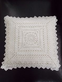 Kussen (met link naar gratis patroon) / cushion (with link to free pattern) MásRenate's hooks thus: 2 White pillows Crochet Pillow Cases, Crochet Cushion Cover, Crochet Pillow Pattern, Crochet Cushions, Crochet Motif, Crochet Doilies, Crochet Flowers, Crochet Stitches, Crochet Patterns