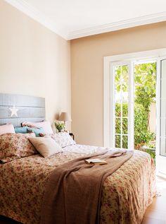 dormitorio romantico con estampado floral