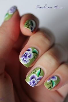 Uñas verdes con flores - Green nails with flowers Spring Nail Art, Spring Nails, Summer Nails, Nails & Co, Hair And Nails, Purple And White Flowers, One Stroke Nails, Chevron Nails, Glitter Gel Nails