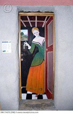 La maitresse de maison est d'une autre époque... / Decorated door. / Valloria, Italy
