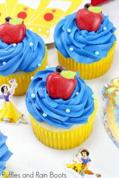 These Snow White cupcakes will please any princess fan. Click to see how she makes them easy - and a few tricks to make them amazing. #snowwhite #disneyprincess #cupcakerecipes #princessparty #rufflesandrainboots via @momtoelise