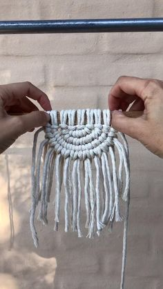 Macrame Design, Macrame Art, Macrame Projects, Macrame Knots, Diy Crafts For Home Decor, Diy Crafts Hacks, Macrame Wall Hanging Patterns, Macrame Patterns, Rope Crafts