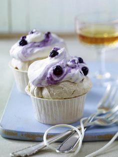 Cupcakes & Co. lieben Hauben aus cremigem Frosting.  Wir zeigen, wie Sie die köstliche Creme auf Butter- oder Frischkäse-Basis ganz einfach selber machen und variieren können.