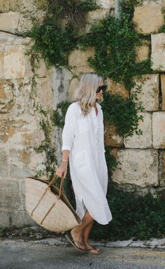 Everyday Shirt Dress Ideas for Utmost Convenience - Find out how you can style your shirt dress for everyday use from home, office, to leisure. White Linen Shirt, White Linen Dresses, Linen Shirt Dress, Linen Shirts, Linen Summer Dresses, Linen Tunic, Shirtdress Outfit, Shirt Outfit, Quoi Porter