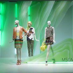 A escolha das cores é um ponto chave no valor emocional e de energia em uma vitrine. Tanto no constraste dos tons da coleção ou no transmissão dos tons de tendência #vitrine #vitrines #vitrinismo #retail #vm #visualmerchandising #moda #ootd #lookdodia #fashion #manequim #loja #shopping #atacado #varejo #arquitetura #blogger #blogueira #estilo