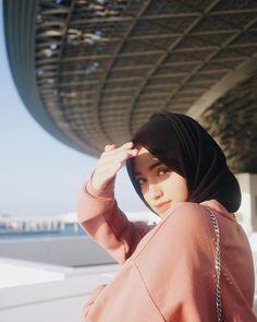 Shirin Al Athrus Hijab Fashion Style Modern Hijab Fashion, Hijab Fashion Inspiration, Trendy Fashion, Girl Fashion, Fashion Outfits, Fall Outfits, Photography Poses Women, Girl Photography, Fashion Photography