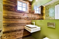 salle de bain design - mur de bois de grange