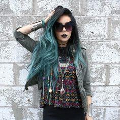 Chica con el cabello de color verde con negro