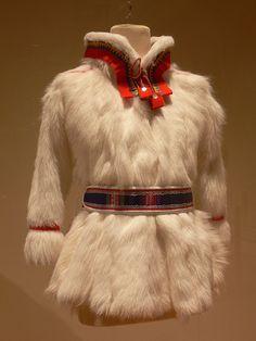 172 Sami Duodji - Marja Påve Fantasy Star, Larp, Culture Clothing, Lappland, Native Style, Period Outfit, Everyday Dresses, Folk Costume, Traditional Dresses
