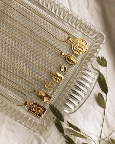 Trendy halskæder fra AuLama. #smykker #halskæder #guld #sølv #trendy #panzer #fashion #øreringe #ringe Dainty Gold Jewelry, Cute Jewelry, Vintage Jewelry, Jewelry Accessories, Jewelry Design, Cream Aesthetic, Trendy Fashion Jewelry, Jewelry Photography, Schmuck Design