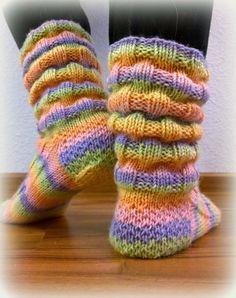 Arkimamman Arkiralli: Vaahtokarkki-kumpareet Crochet Socks, Knitting Socks, Crochet Yarn, Hand Knitting, Knitted Booties, Knitted Slippers, Wool Socks, Knitting Charts, Knitting Patterns