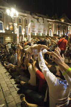 Des passionnés de rugby en plein pakito place du Capitole. © K.Lhémon #visiteztoulouse #toulouse #rugby
