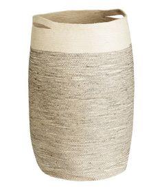 Naturvit. En tvättkorg i jute med dubbla handtag. Diameter ca 35 cm, höjd 65 cm.