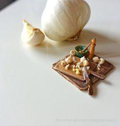 Miniature Garlic Preparation Board - Dollhouse Miniature Food