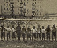 El equipo de futbol del Barakaldo en un partido amistoso en Lasesarre (1957 - foto gentileza del Archivo Histórico de AHV).