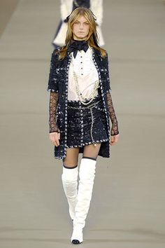 See the complete Chanel Fall 2006 Ready-to-Wear collection.