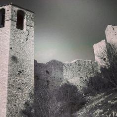 """#UmbriaClues  Dove si trova questo castello?  Piccolo indizio: il luogo ha del miracoloso per la storia contemporanea che racconta; """"ci si aspetterebbe di vedere un mare salino e profumato dall'alto di questa torre…"""" http://www.evoluptas.com/  #Umbria"""