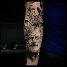 Hemingway! Parte de um projeto para o braço inteiro! #victormontaghini #victormontaghinitattoo #electricink #tattrx #tattooistartmag #hemingway #ernesthemingway #tattoaria